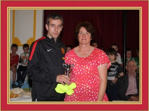 Padraig Cullina 8k race winner John Nolan is presented with tropy by Marie Cullina (pic thankjs to Breda Raftery)